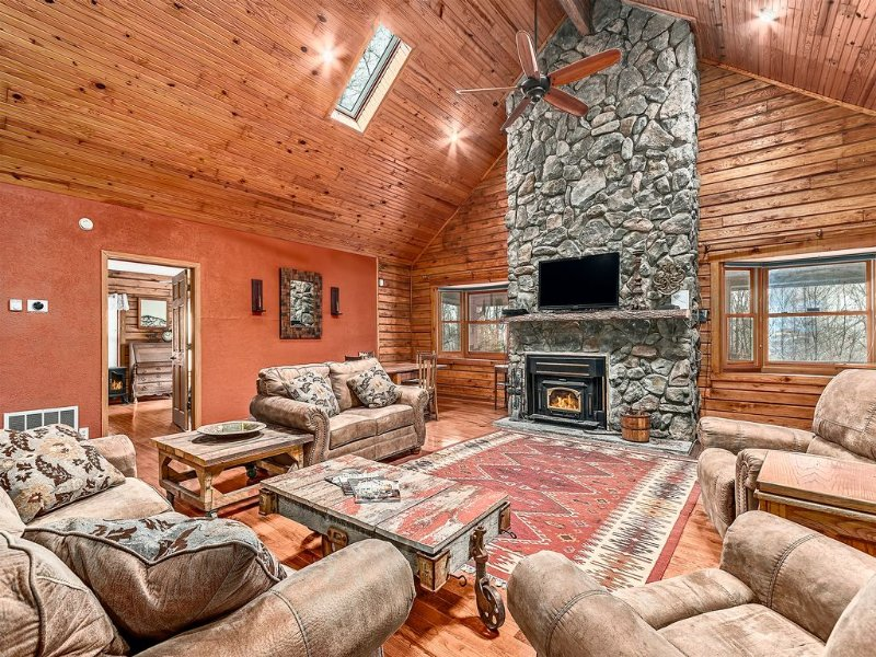 Magic Mountain Lodge; Magnificent Custom Built, FREE WiFi, Hot Tub, Fence Yard, holiday rental in Candler