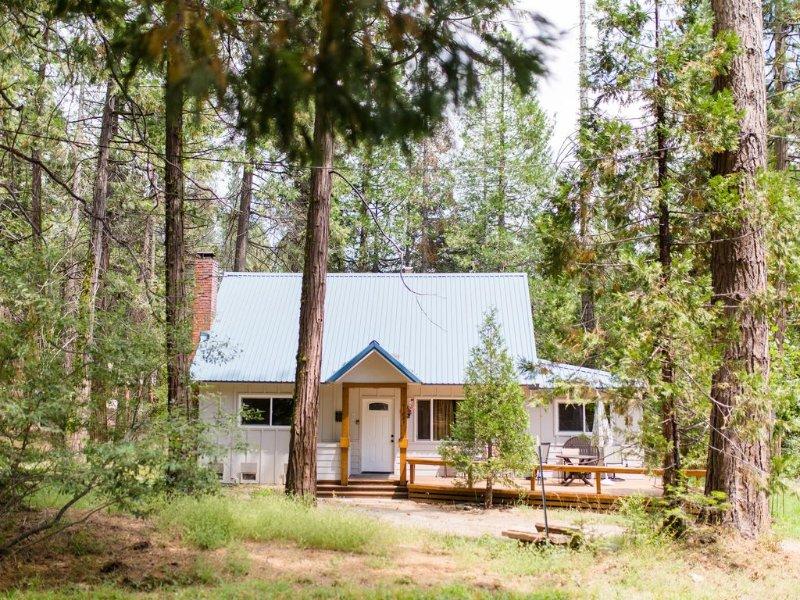 East Village Vacation Rental within walking distance of community ~ Wi-Fi, aluguéis de temporada em Shaver Lake