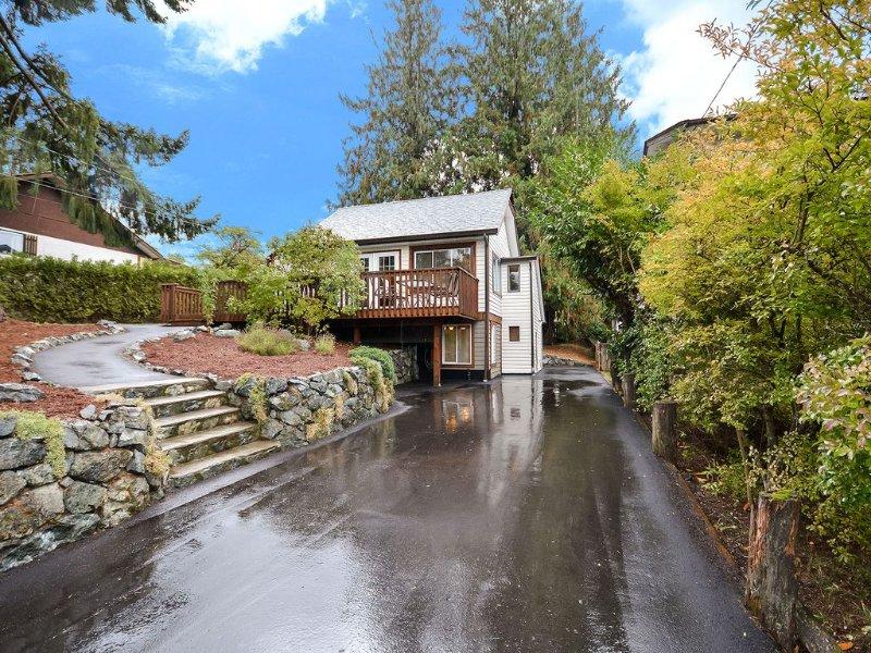 Cozy Cottage Style House In The Heart Of Lake Cowichan, location de vacances à Cowichan Valley Regional District