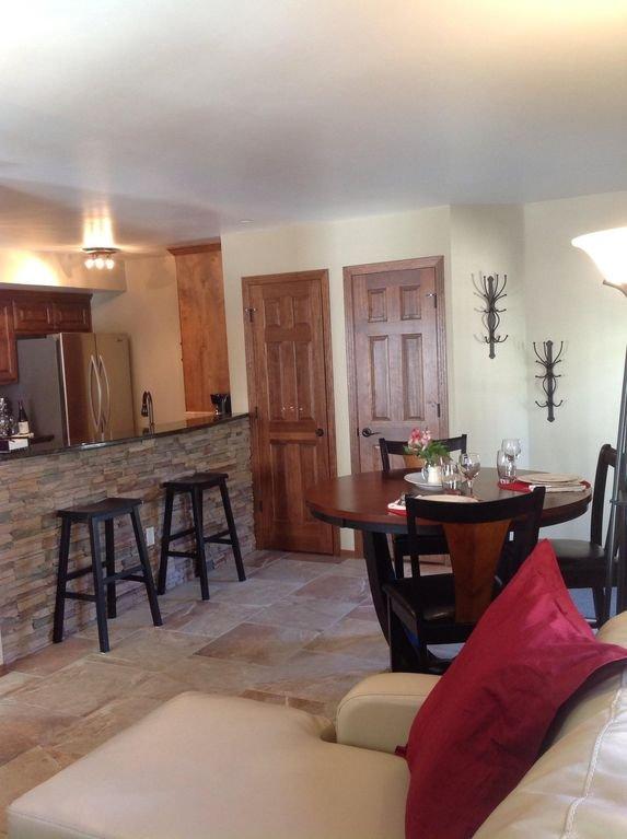 Ser från vardagsrum till matplats och köksområde: denna tabell har 6 stolar