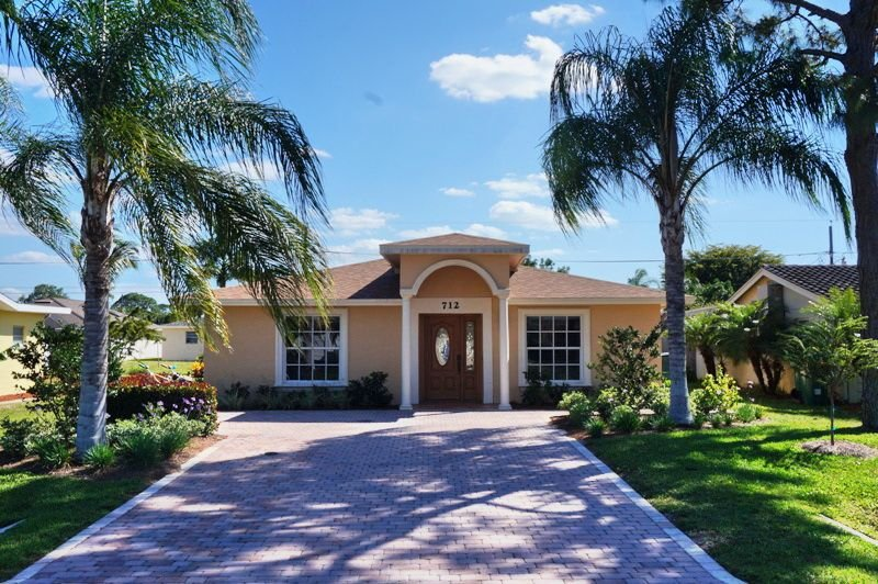 Charming And Exotic Naples Park House, holiday rental in Naples Park