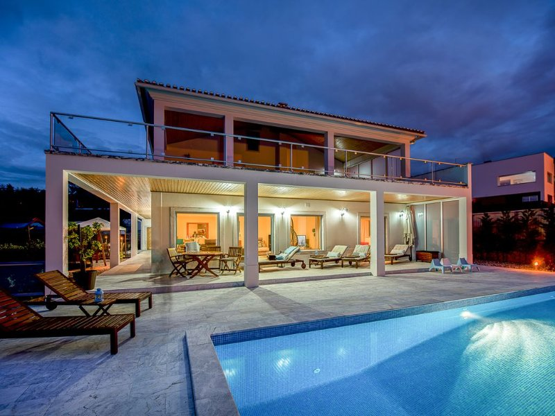 Luxury modern family villa with lagoon views, private heated pool, free wifi, holiday rental in Cidade