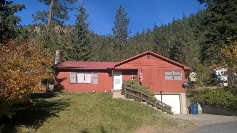 Beautiful mountain views! Perfect home,  only 6 miles to Lookout Pass Ski Area., holiday rental in Avery