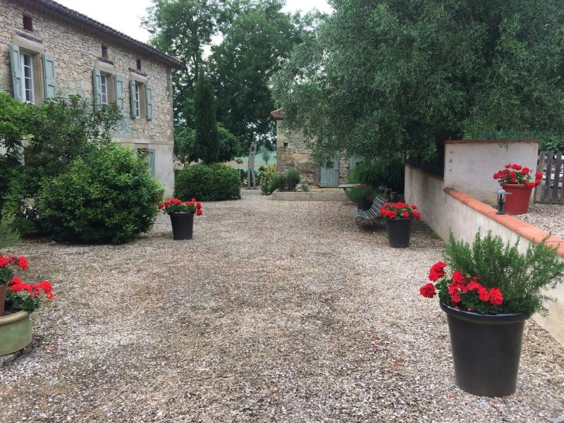 Luxurious Stone Farmhouse nr Albi, Private Pool,  huge Park,  close Amenities, holiday rental in Lautrec