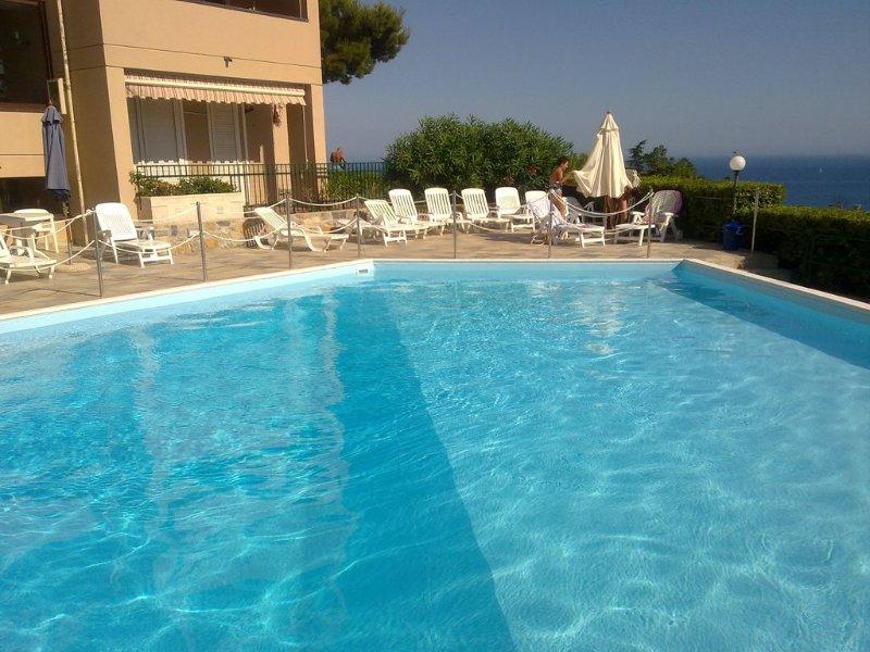 Bilocale vista mare mozzafiato  piscina condominiale terrazzo e giardino, alquiler vacacional en Sanremo
