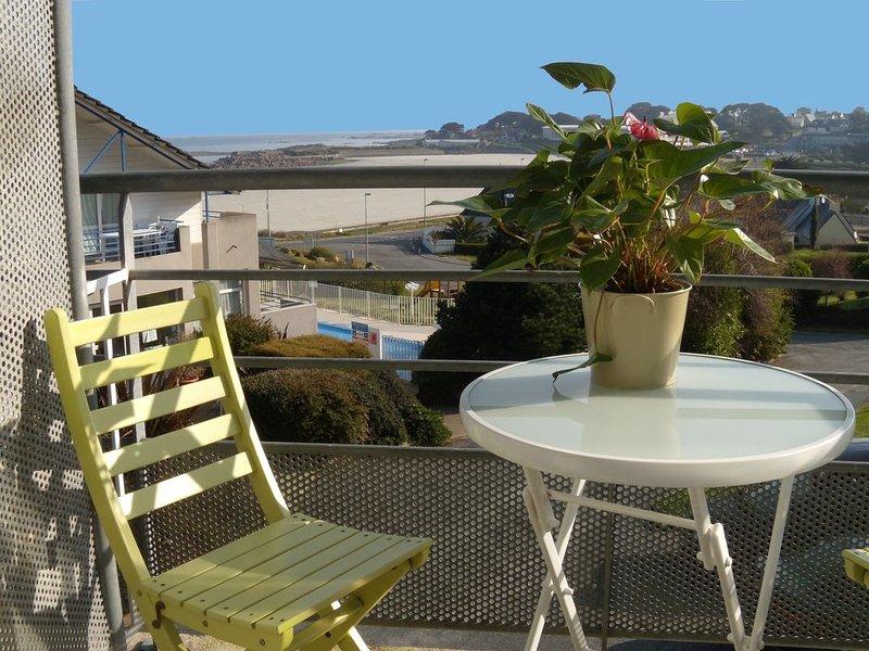 Appartement avec superbe vue sur mer et plage de Trestel à 9 km de Perros Guirec, holiday rental in Perros-Guirec