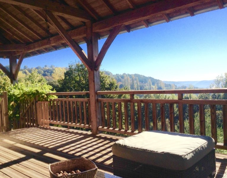 House with stunning views, unique, contemporary and full of charm., holiday rental in Brignac-la-Plaine