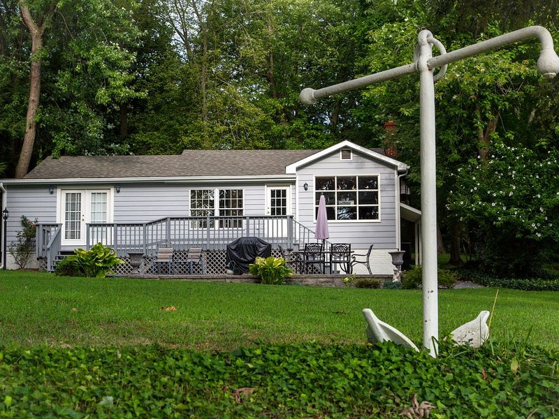 Lovely Waterfront Cottage Near Annapolis, aluguéis de temporada em Severn