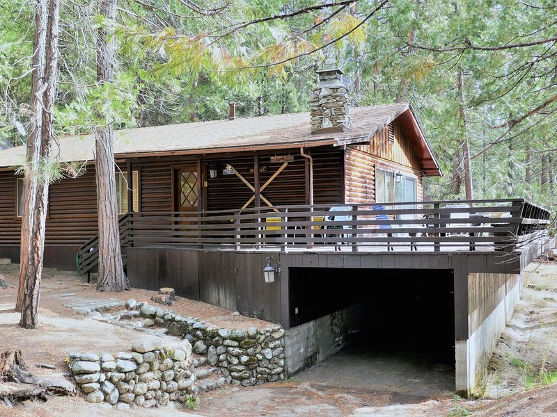 INSIDE THE PARK!  3 BEDROOMS, NEW CENTRAL A/C, WIFI, HUGE DECK, ROCK FIREPLACE!, holiday rental in Yosemite National Park