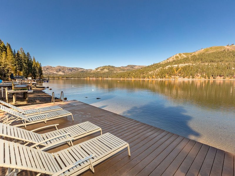 Donner Lakefront w/private pier, two decks, 180 degree views, family friendly!, holiday rental in Norden