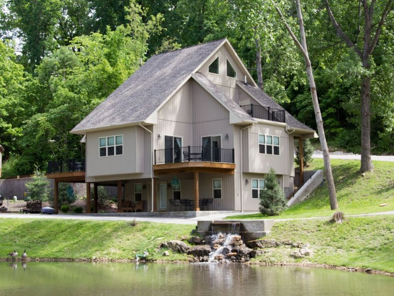 Lakefront Home Sleeps Up To 14 guests, Private Beach, Heated Pool., vacation rental in Lake Ozark