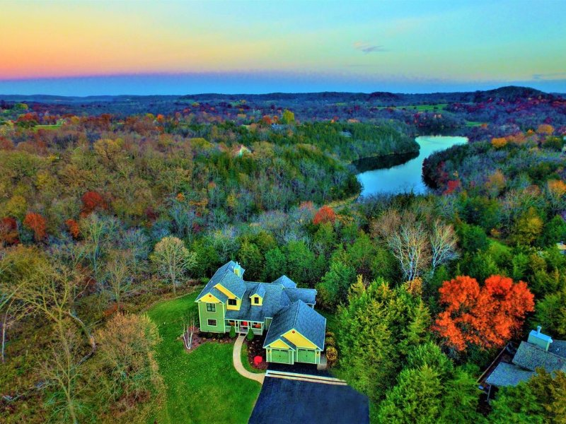 Escape! Hot Tub, Fire Pit, 3 Decks, WiFi, Pool Table, holiday rental in Galena