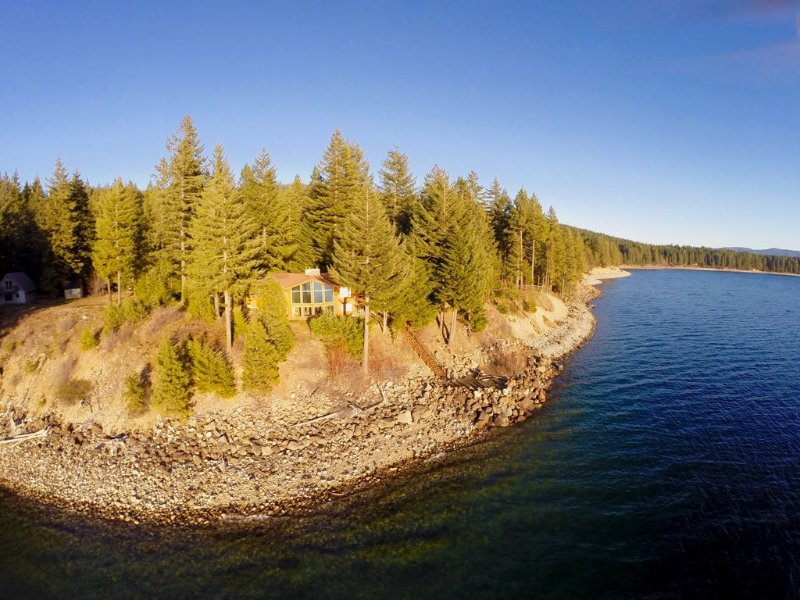 Spectacular Waterfront Winter Home, Amazing Views, 5BD+Hot Tub, Wi-Fi,, casa vacanza a Easton