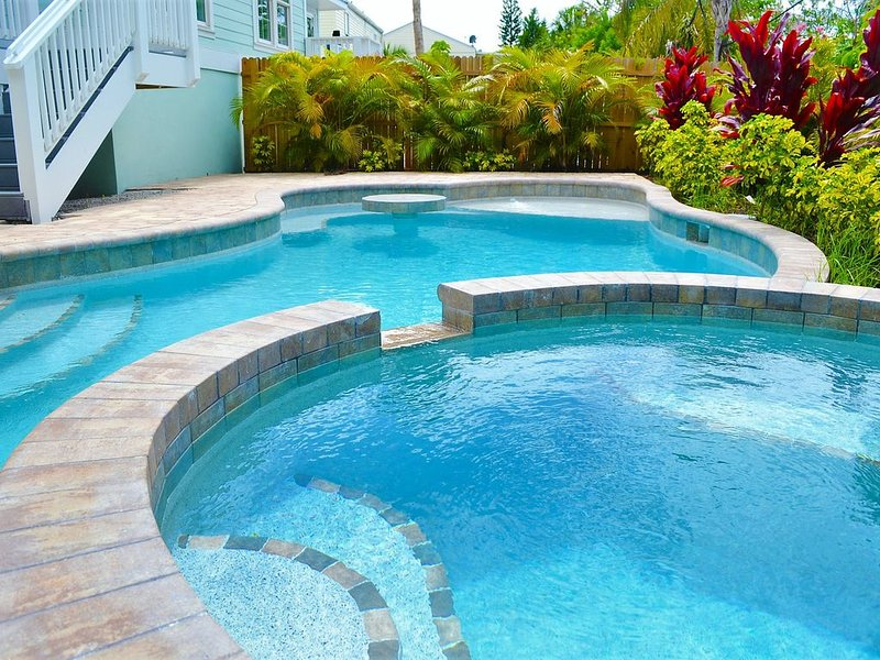 3 King bedroom  and Bunk room for 4 private pool, bikes & beach gear, holiday rental in Holmes Beach