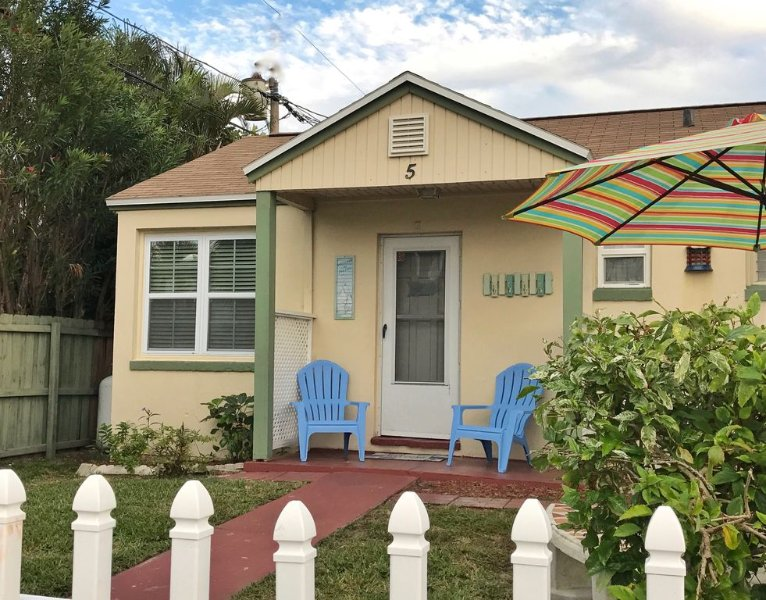 Charming Beach Cottage, holiday rental in Madeira Beach