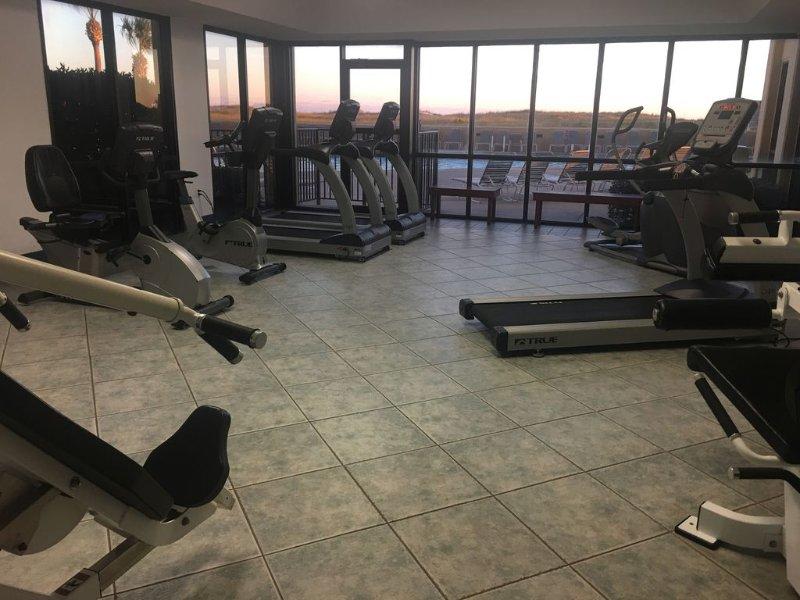 sala de fitness en la oscuridad.