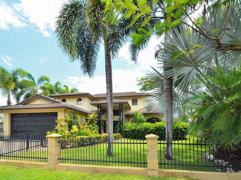 Casa Bella Vista - Luxury Beachfront Home near Great Barrier Reef, holiday rental in Cairns Region