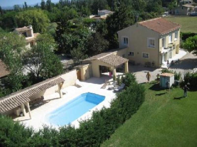 House with garden 2200 m2 and privat swimming pool in Jonquières, aluguéis de temporada em Vaucluse