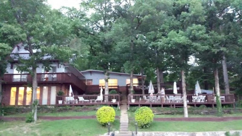 Spacious Large Family Lake Home For Rent, holiday rental in Eldon