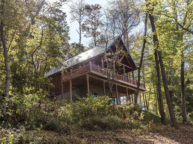 95 acres - Luxury Hocking Hills Cabin - Prime Location - Hot Tub - Game Room +, holiday rental in Logan