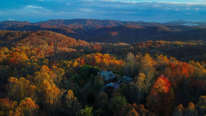 Stunning Mountain Views on 8 Acres, holiday rental in Saluda