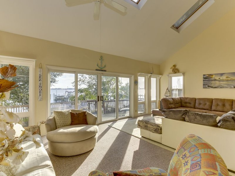 *BEACHFRONT ** 25 STEPS BEACH PRIVATE * KAYAKS * 2  BEACHES *, vacation rental in Norfolk