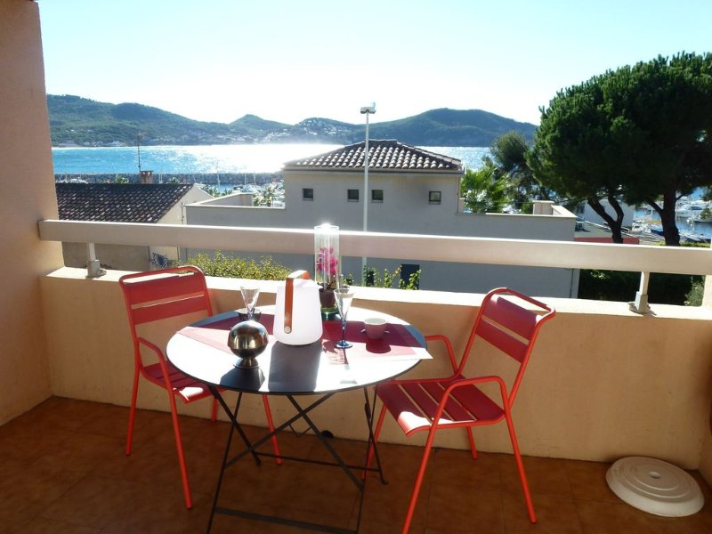 APPART. F2- BELLE VUE MER - Terrasse - Wifi -Plages à pieds - Tous commerces., holiday rental in Saint-Cyr-sur-Mer