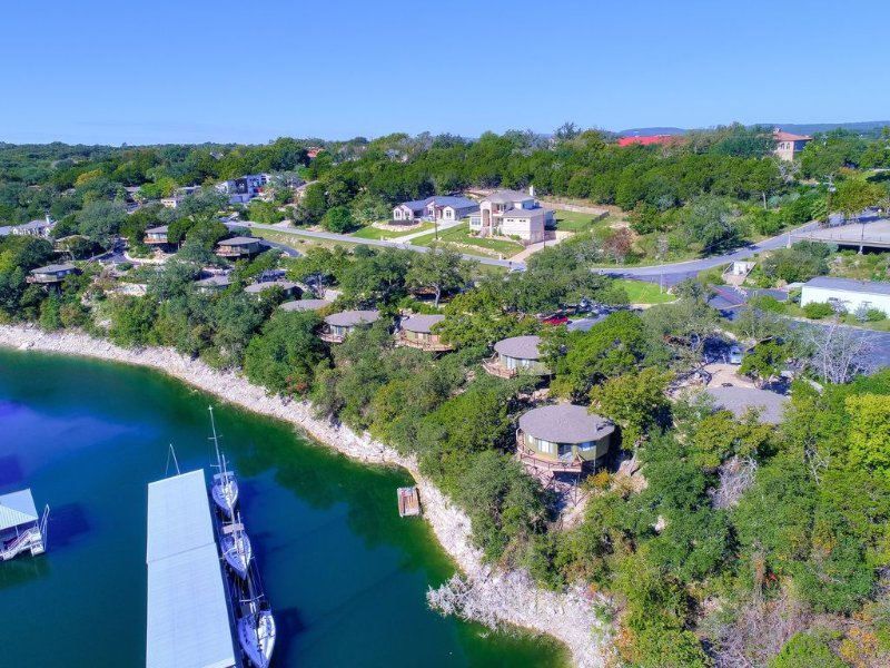 Waterfront Bungalow steps from Lake Travis, pool & hot tub, next to marina (#6), location de vacances à Lakeway