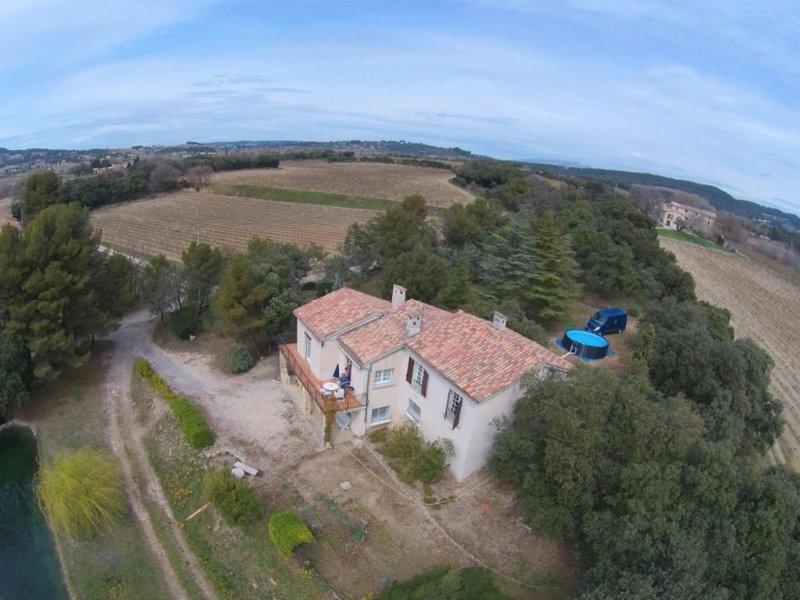 Maison de campagne à 3 km de Vaison entourée de pins et de vignes, holiday rental in Villedieu