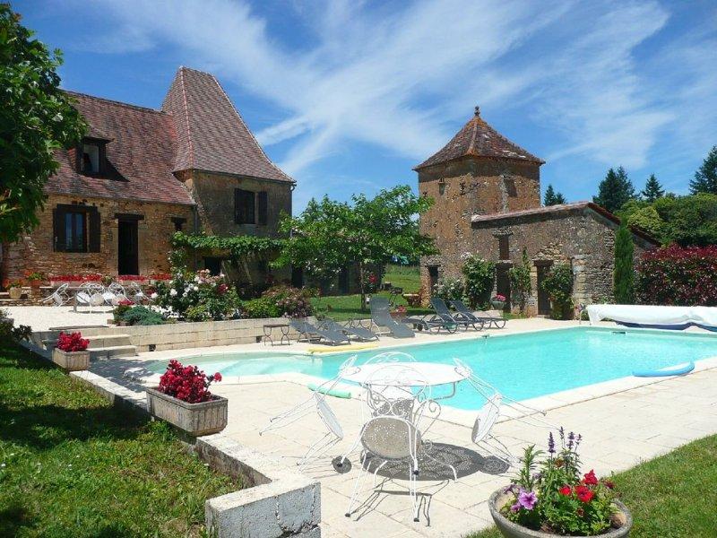 Ancienne ferme  en pierre,cloturée, piscine privée chauffée,internet, casa vacanza a Sainte-Alvere