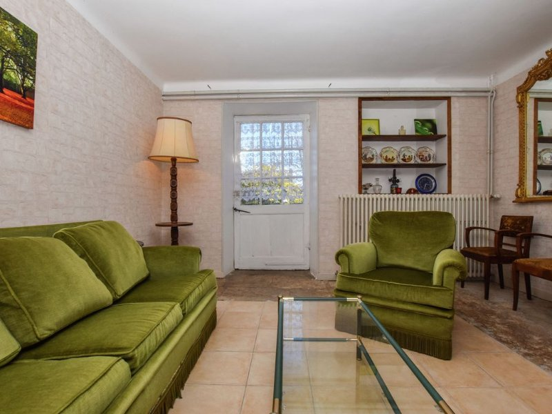 Stately house with large garden and terrace in the village of Montfaucon, location de vacances à Montfaucon
