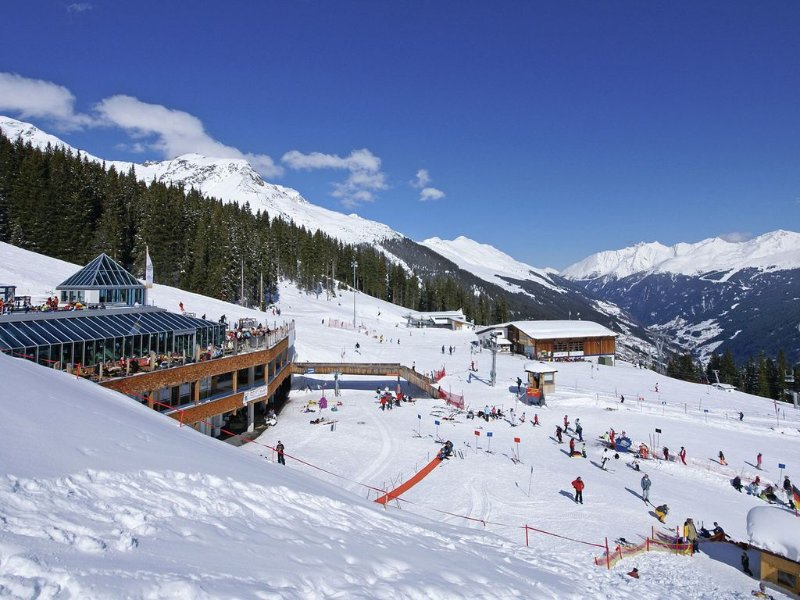 A holiday home near the centre of Kappl, you ski to your front door in winter., alquiler de vacaciones en Kappl
