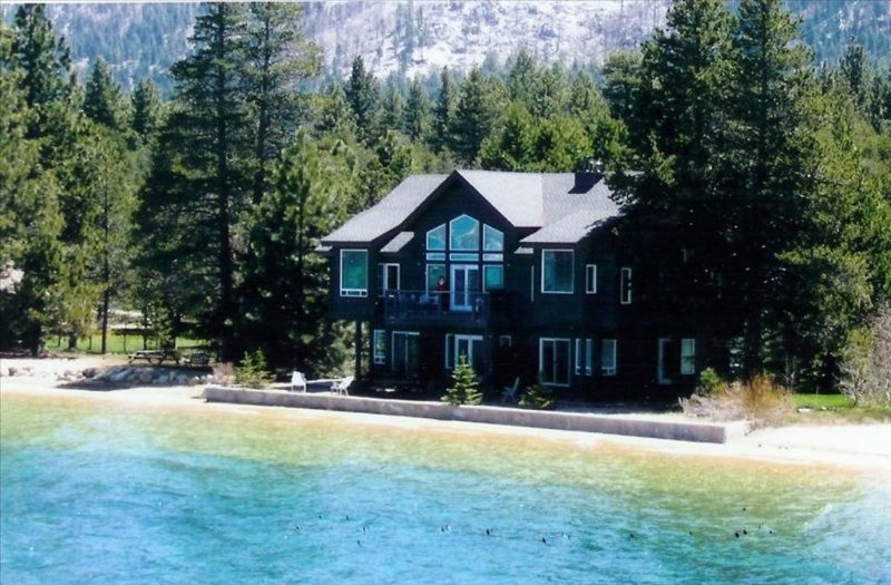 Secluded Lakefront Home / Walk to Marina and Restaurants / HotTub / Guest Studio, location de vacances à South Lake Tahoe