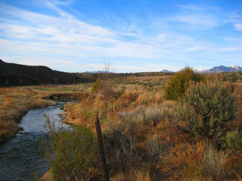 Mer privata lugn utsikt över floden tittar västerut