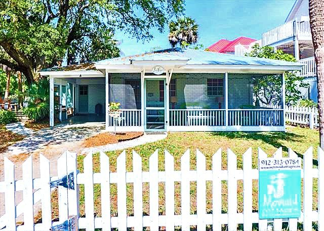 Charming Sea Largo Cottage! Pet Friendly! Fenced Yard!  3 Blocks to Beach!, vacation rental in Tybee Island
