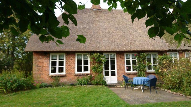 Behaglich eingerichtete Ferienwohnung im Reetdachhaus mit großem Garten, vakantiewoning in Breklum