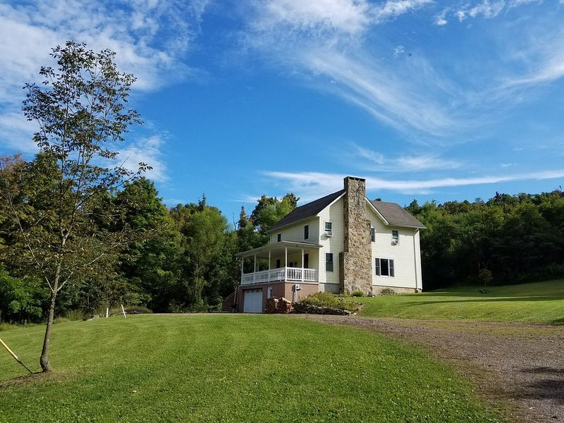 Renovated farmhouse on 10 serene acres with spring-fed stocked pond and creeks, vacation rental in Confluence