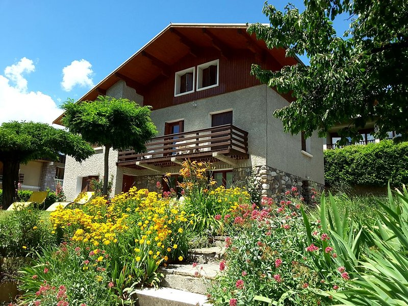 Guillestre ground chalet 2-4 people, lovely views south, aluguéis de temporada em Guillestre