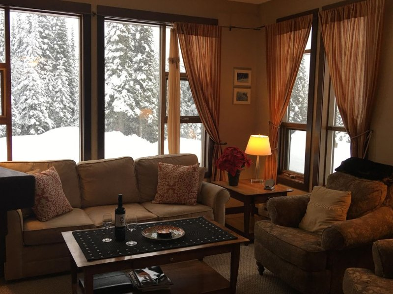 Bright Sun Peaks 2BR/2BA End Unit Ski ~In~/Ski Out  - View!, holiday rental in Sun Peaks