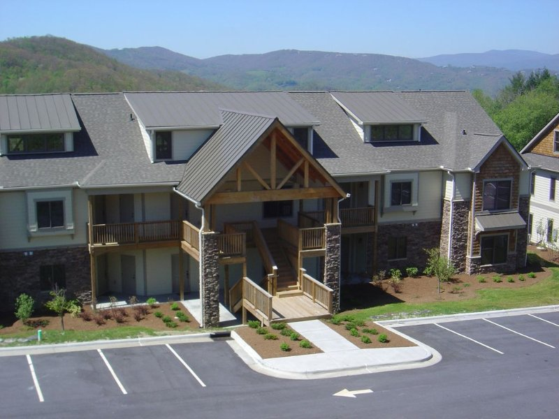 Large Luxury Lodge, Long View, 3 ~HD TVs~, Wireless Internet, vacation rental in Banner Elk