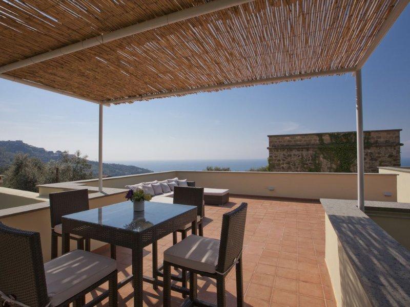 Villa con Torre Saracena e piscina vista mare vicino Sorrento - assoluta privacy, Ferienwohnung in Massa Lubrense