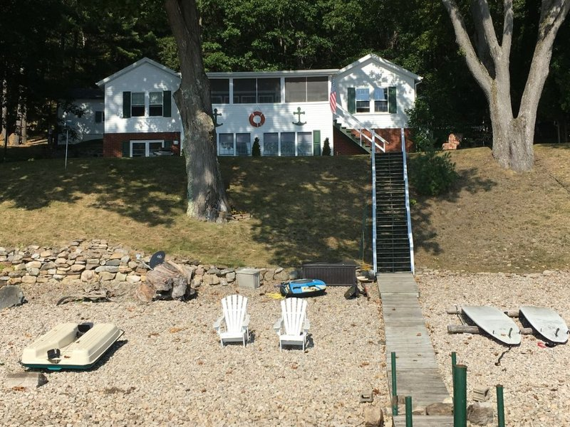 Family fun at This Beautiful Lakefront Adirondack Camp, casa vacanza a Keeseville