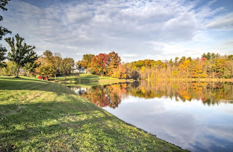 Private 30 Acre Estate with its own 6 Acre Lake and one lane bowling alley!, holiday rental in Shoemakersville