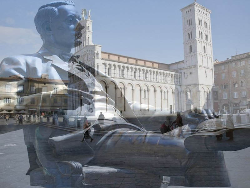 Giacomo Puccini con Piazza San Michele su sfondo