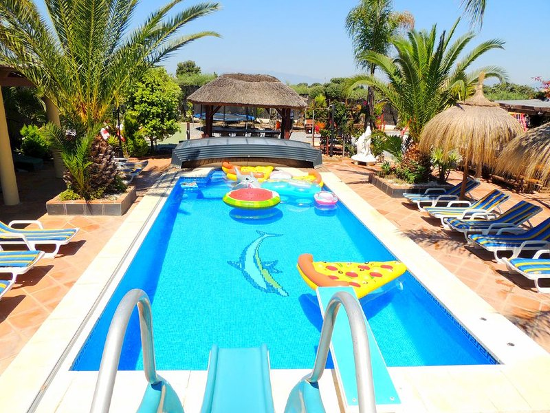 Villa-Heated Pool,2 Jacuzzi's-FREE 4G WIFI-AC-Pool Table-Air Hockey-Table Tennis, holiday rental in Alhaurin el Grande