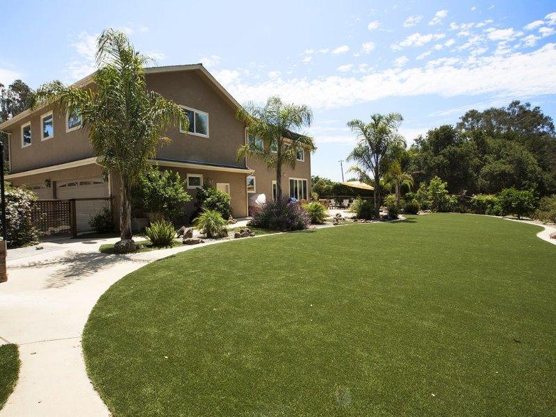 Family Getaway!! Huge Private Backyard, Hot Tub, Pet Friendly & Beach's close by, location de vacances à Soquel