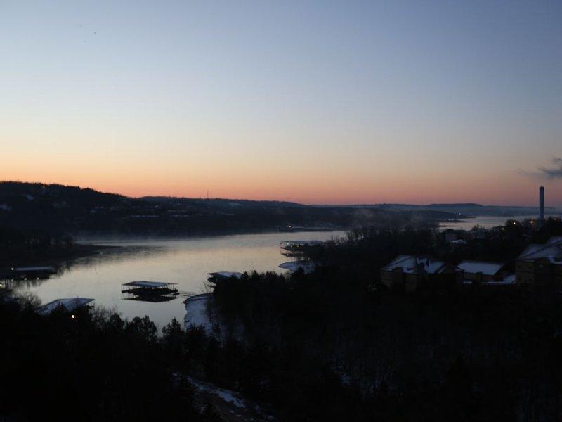 Lumière du petit matin sur le lac depuis le balcon