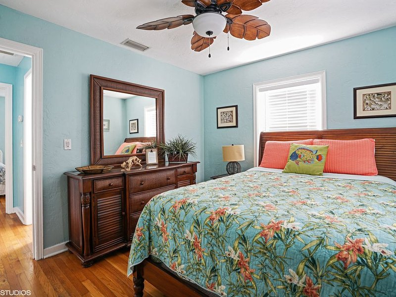 Updated Key West Style Cottage, holiday rental in Treasure Island