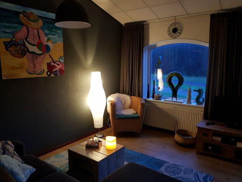 Gesmackvoll eingerichtete Appartement mit grosses balkon, 350 mtr vom strand, aluguéis de temporada em Breezand