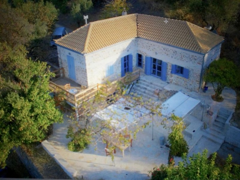 BEAUTIFUL ROMANTIC OLD STONE HOUSE, SEA VIEW, PRICACY, holiday rental in Molaoi